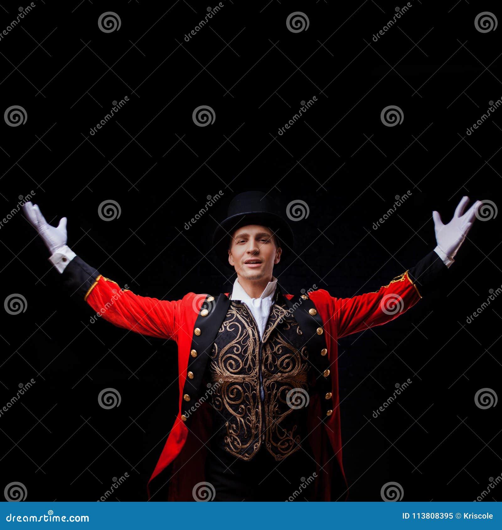Showman Jonge mannelijke entertainer, presentator of acteur op stadium De kerel in rode camisole en de cilinder
