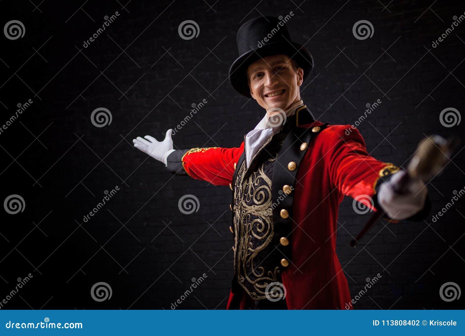 Showman Młody męski artysta estradowy, podawca lub aktor na scenie, Facet w czerwonym camisole i butli
