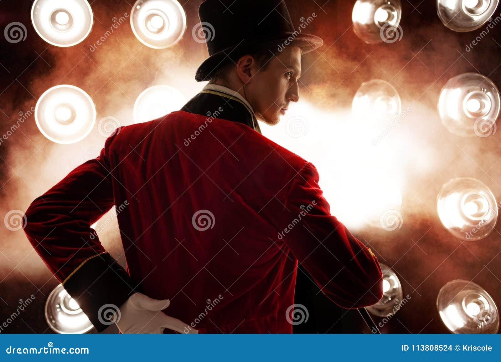 Showman Ung manlig underhållare, presentatör eller skådespelare på etapp Grabben i den röda camisolen och cylindern