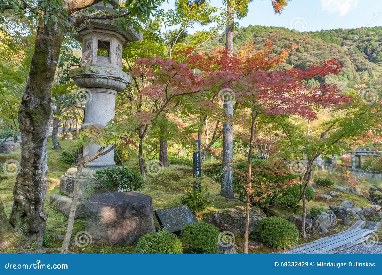 Shrine il giardino con l albero ed il lago a Kyoto, Giappone