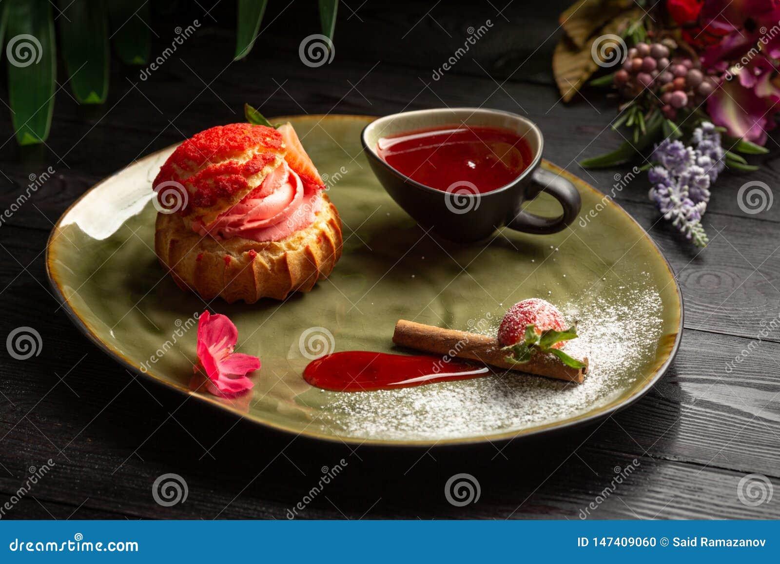 Shu da morango com sau doce e em um fundo de madeira