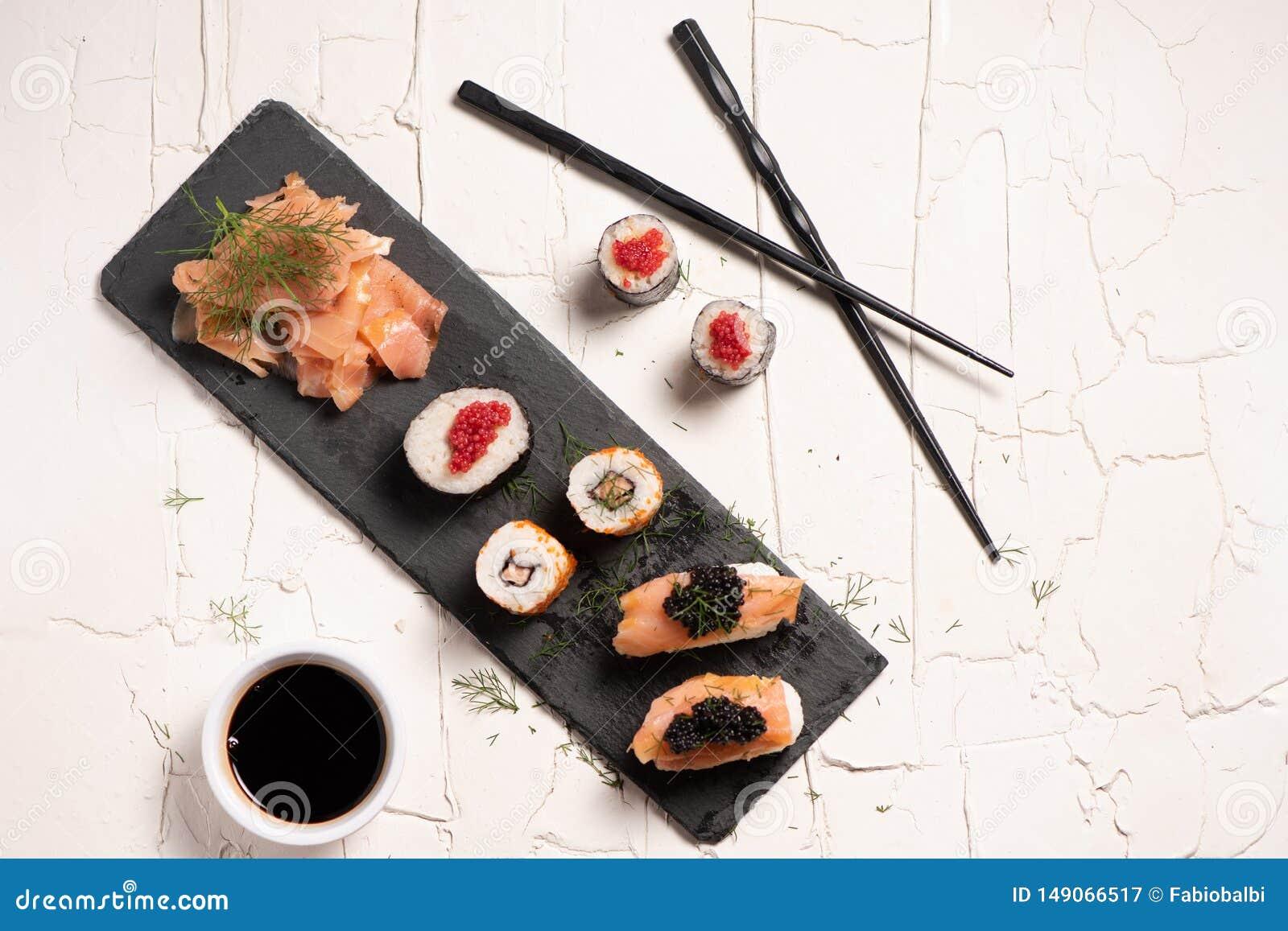 Shushi y caviar negro