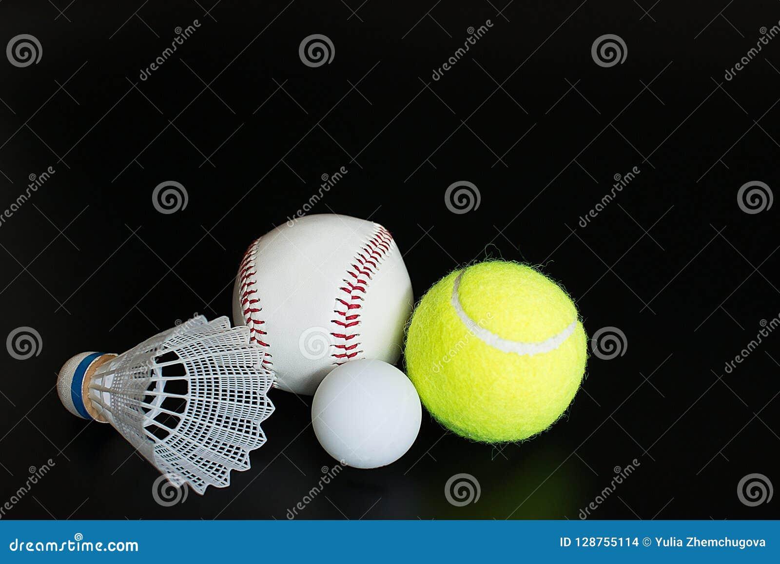 Shuttle, pingpongbal, honkbal, tennisbal op zwarte achtergrond