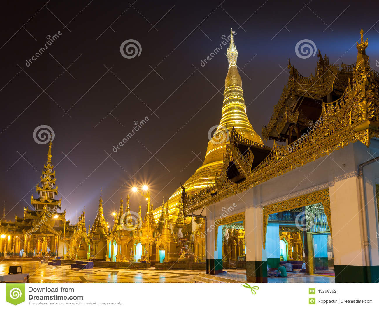 Shwedagon塔在晚上仰光,缅甸