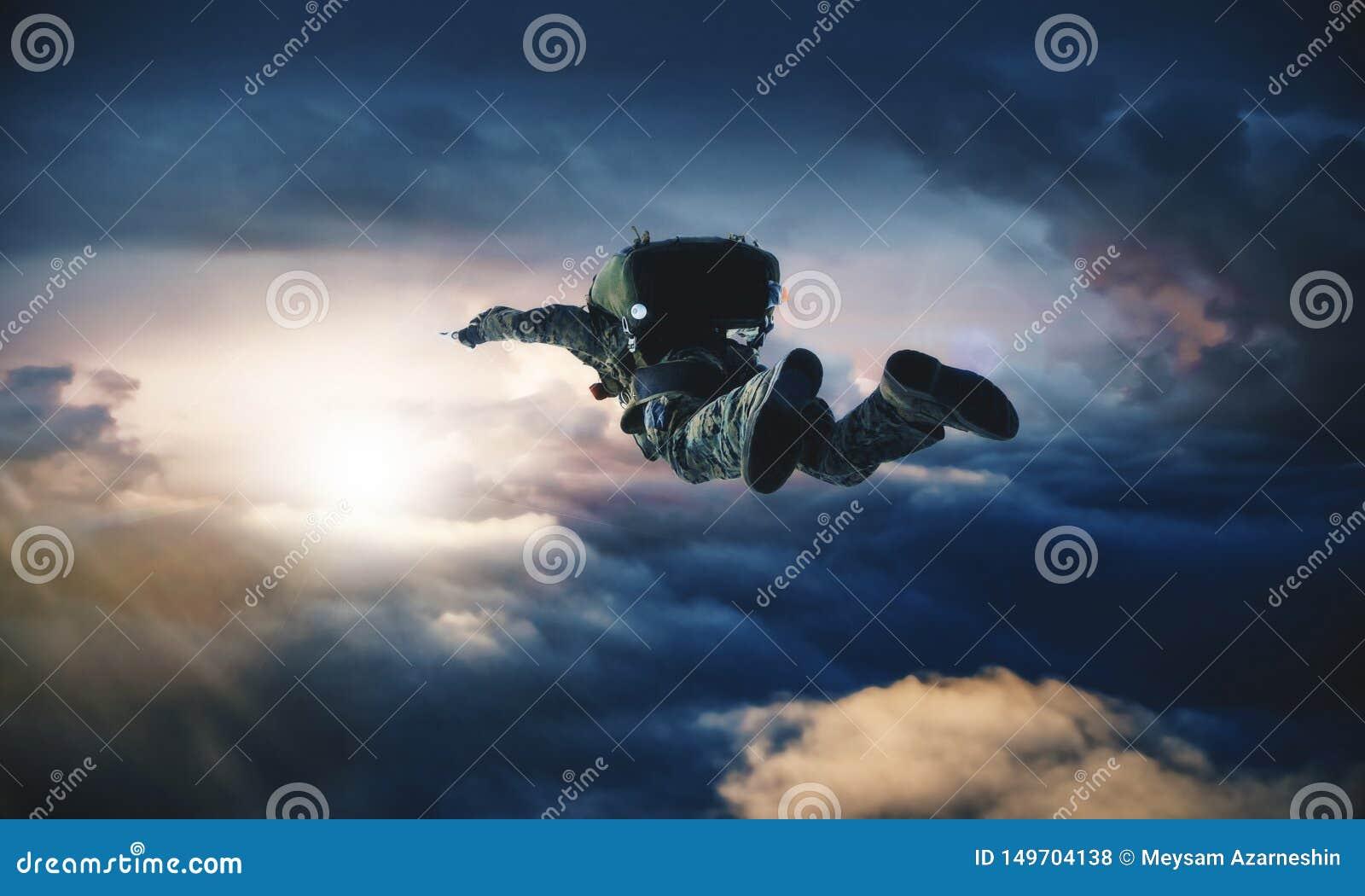 Siłą wojskowa z spadochronem w powietrzu