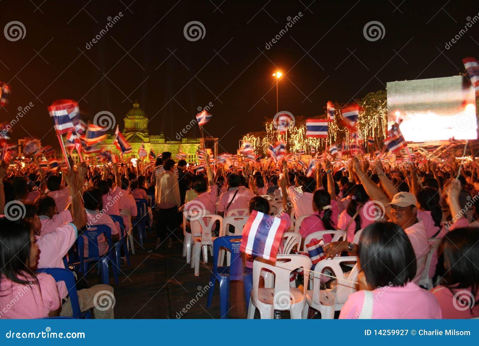 Siamesische Leute am Königgeburtstag, Thailand.