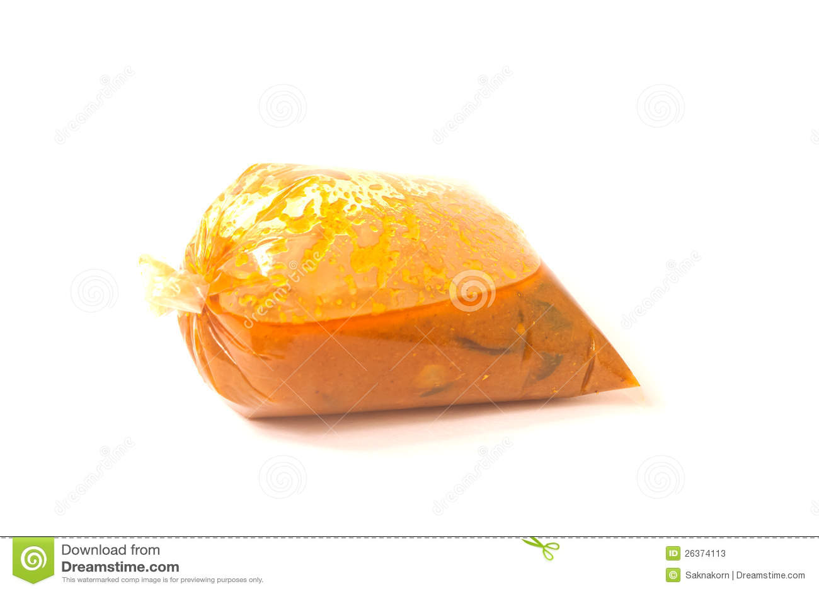Siamesische Nahrung in den Plastiktaschen auf weißem Hintergrund.