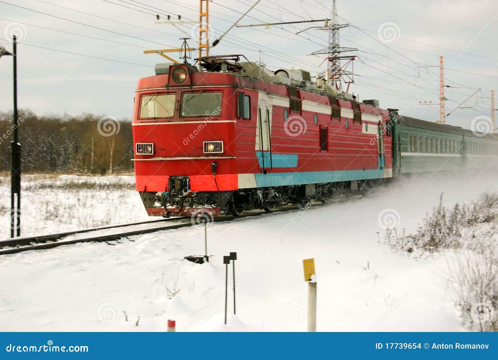 Sibéria. A locomotiva e o comboio de passageiros vermelhos