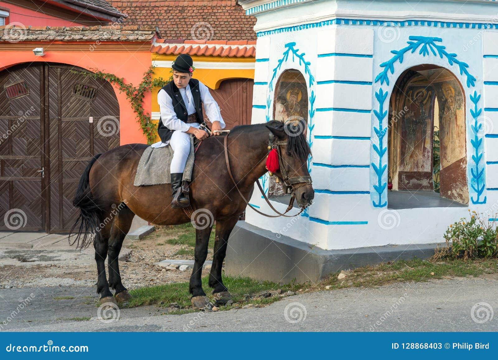SIBIEL, TRANSYLVANIA/ROMANIA - 16 DE SEPTIEMBRE: Hombre joven en tradi