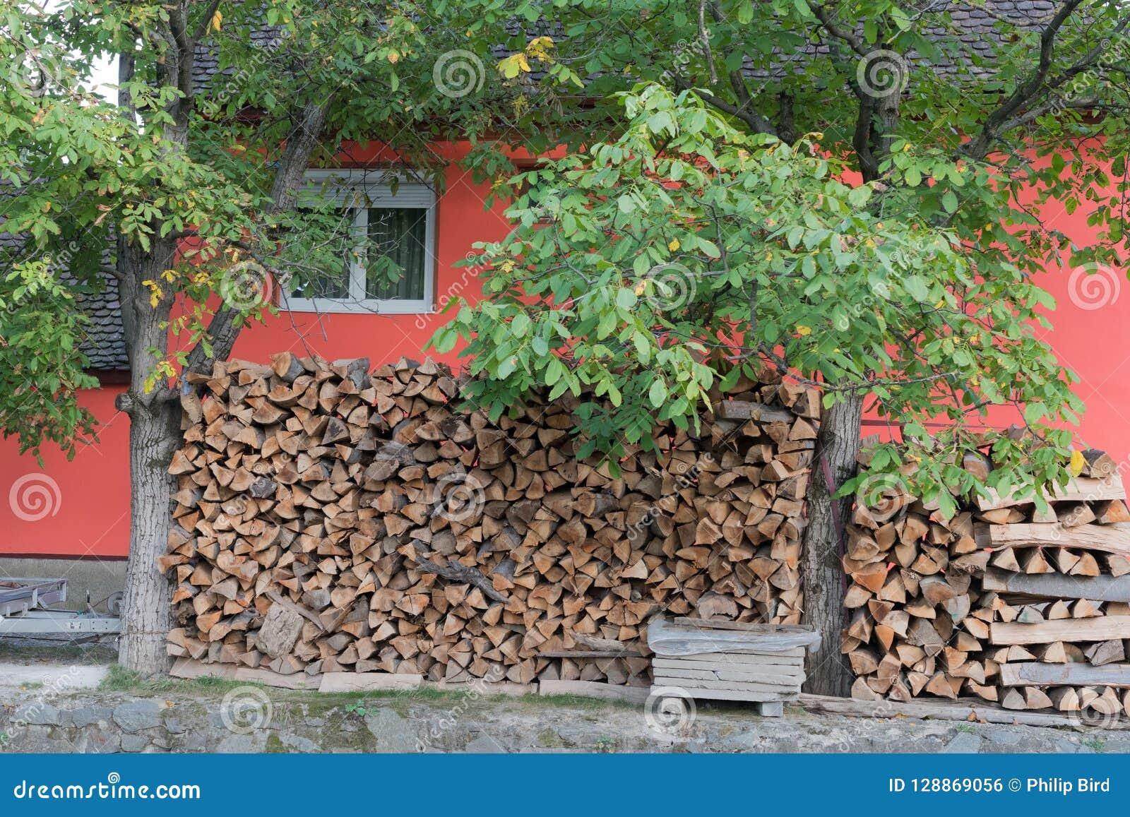 SIBIEL, TRANSYLVANIA/ROMANIA - 16 DE SETEMBRO: Os logs armazenaram o outsid