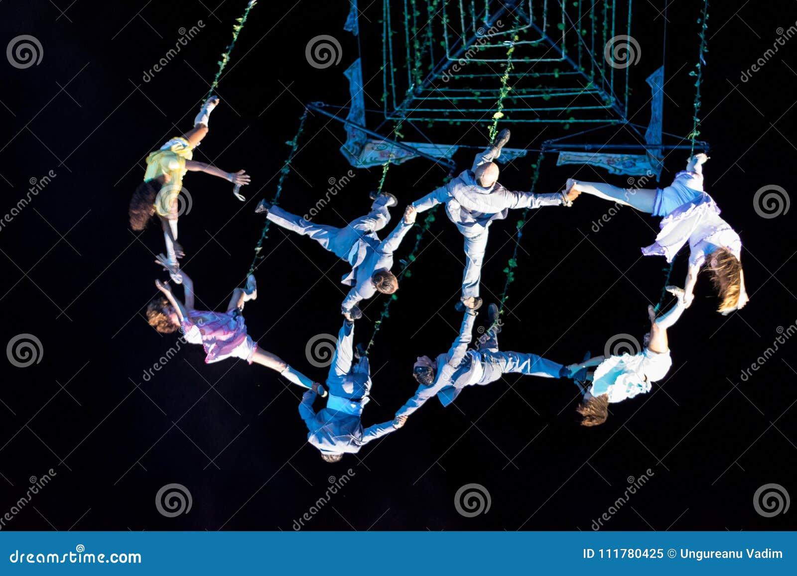 SIBIU, ROEMENIË - 17 JUNI 2016: Leden van de VOALA-Post die in het Grote Vierkant, tijdens Sibiu Internationaal Theater Festi pre