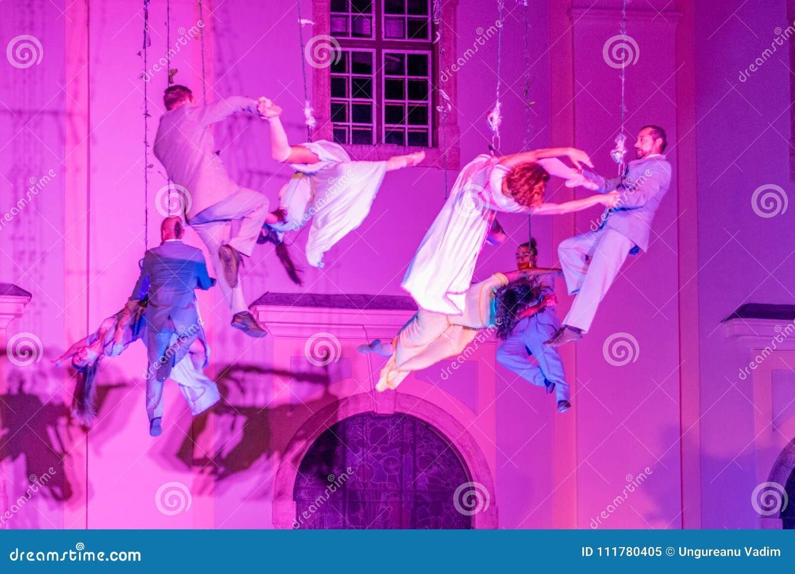 SIBIU, ROMANIA - 17 GIUGNO 2016: I membri del VOALA dispongono l esecuzione nel quadrato grande, durante il teatro internazionale