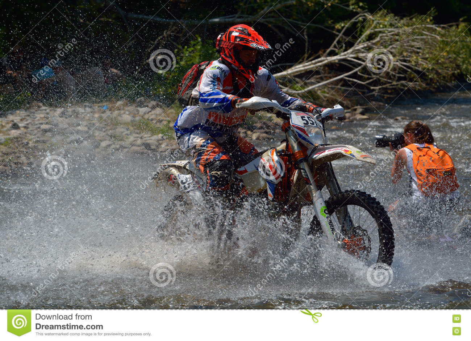 SIBIU, ROUMANIE - 18 JUILLET : Ed Uding concurrençant dans le rassemblement dur de Red Bull ROMANIACS Enduro une moto delorean de
