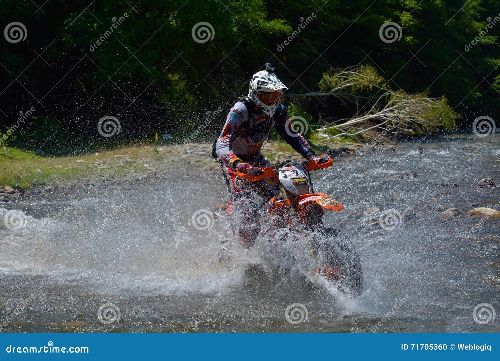 SIBIU, ROUMANIE - 18 JUILLET : Philipp Scholz concurrençant dans le rassemblement dur de Red Bull ROMANIACS Enduro une moto de KT