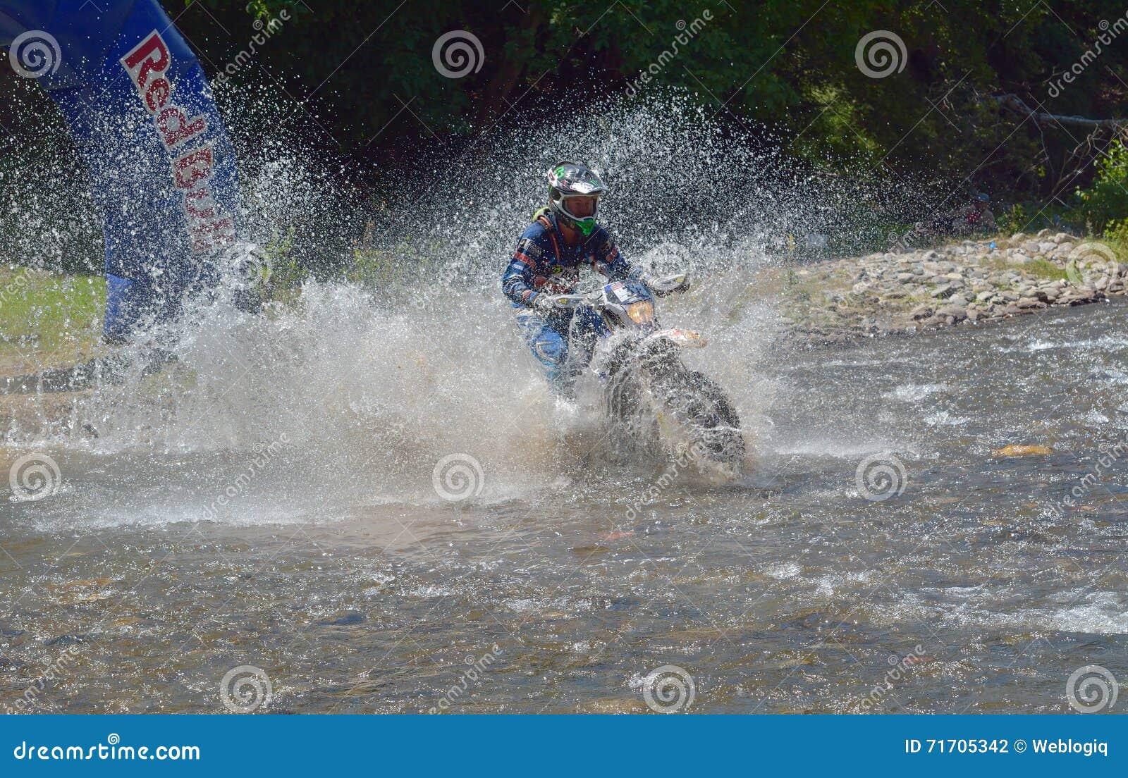 SIBIU, ROUMANIE - 18 JUILLET : Un copetitor dans le rassemblement dur de Red Bull ROMANIACS Enduro avec une moto de KTM Le rassem
