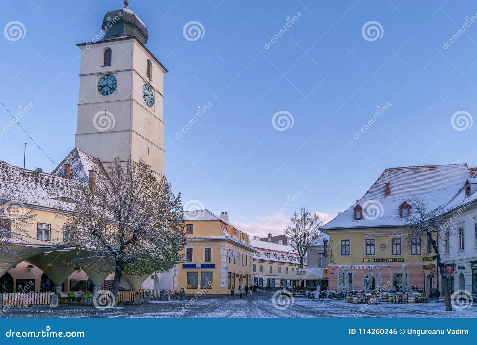 SIBIU, RUMÄNIEN - 31. OKTOBER 2017: Ansicht großen Quadrats thr und der Rat ragen hoch
