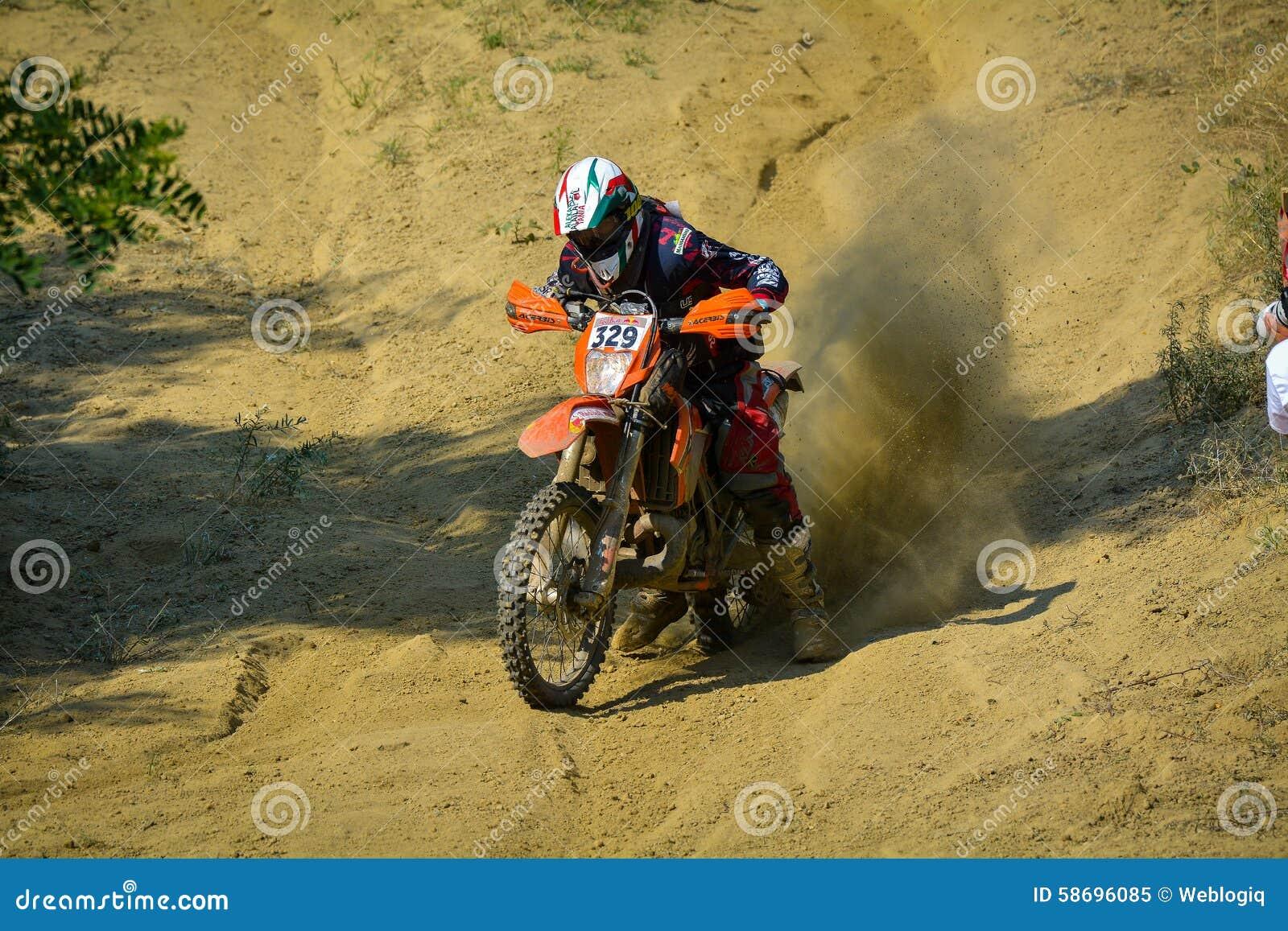 SIBIU, RUMANIA - 18 DE JULIO: Bernardo Moino que compite en la reunión dura de Red Bull ROMANIACS Enduro con una motocicleta de V