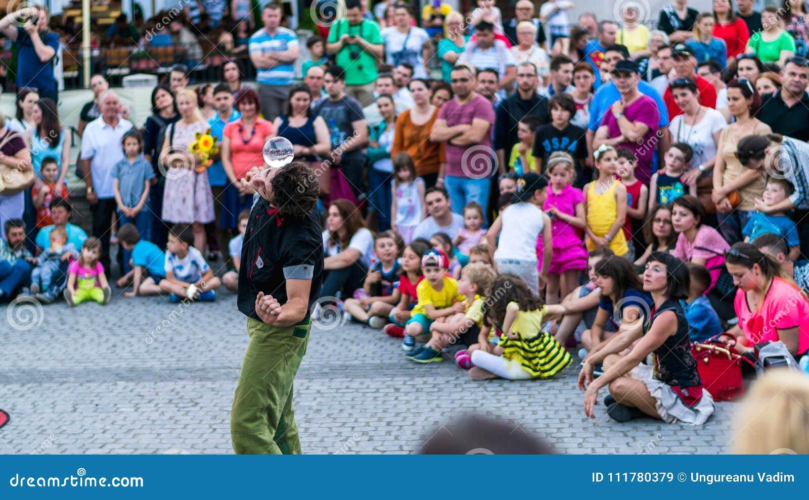 SIBIU, RUMANIA - 17 DE JUNIO DE 2016: Un miembro de Kinemtatos, Manoamano Circo, la Argentina que realiza un truco en el pequeño