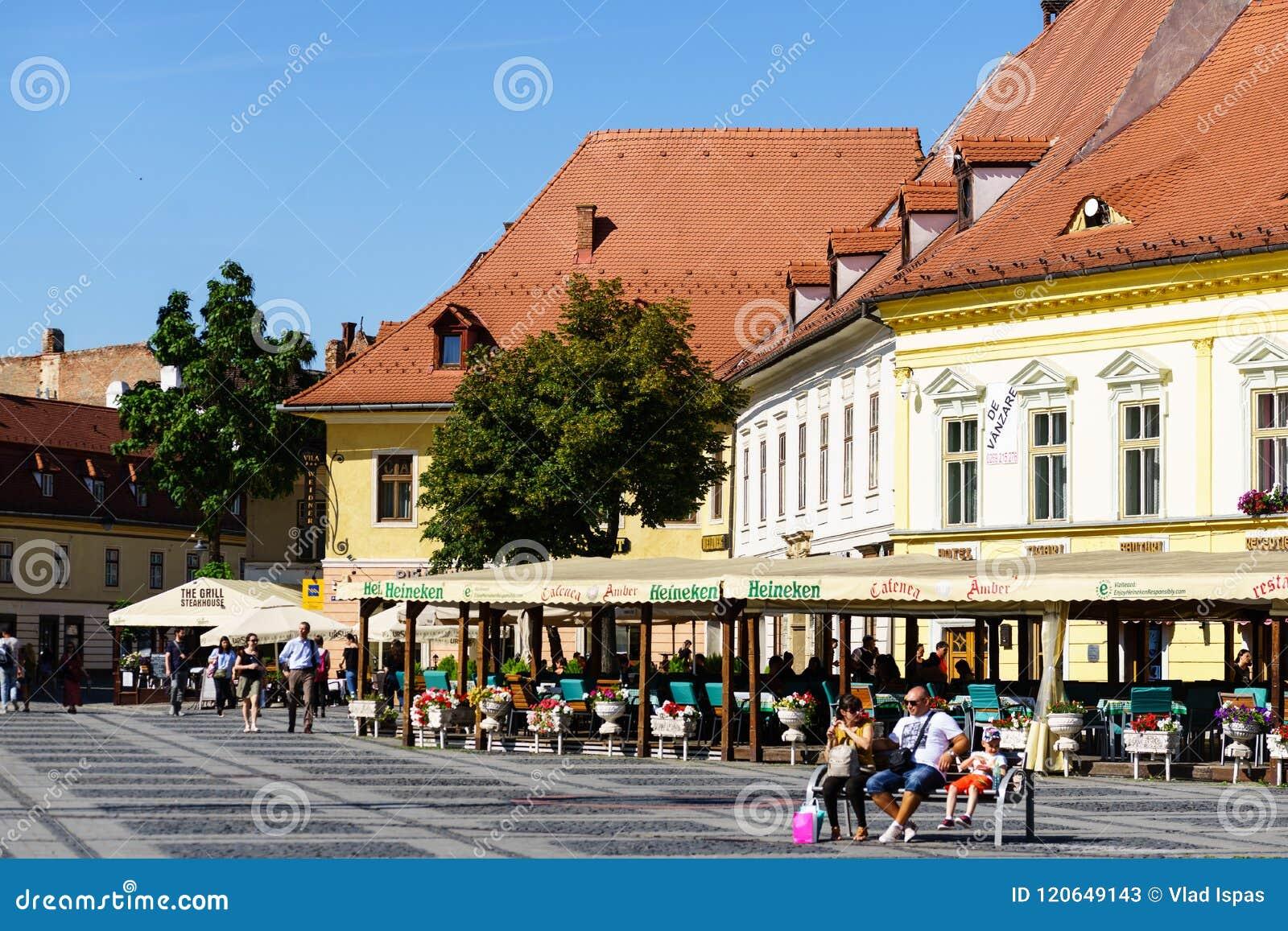 Sibiu Rumunia, Lipiec, - 3, 2018: Główny plac w dziejowym mieście Sibiu, Rumunia