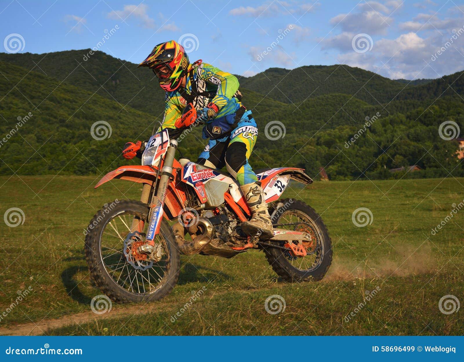 SIBIU RUMUNIA, LIPIEC, - 16: Jonathan Richardson konkurowanie w Red Bull ROMANIACS Enduro Ciężkim wiecu z Eurotek ktm motocyklem