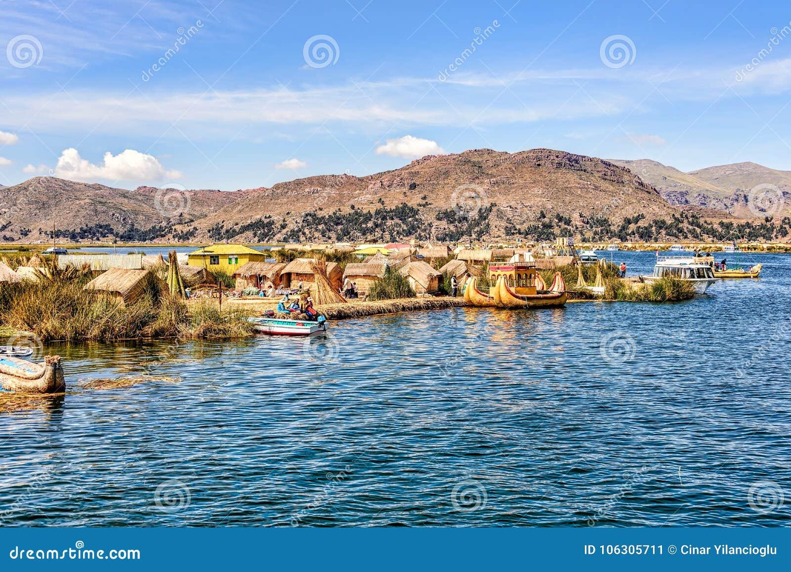 Sich hin- und herbewegende Inseln gemacht von den Schilfen auf Titicaca-See unter blauem Ski