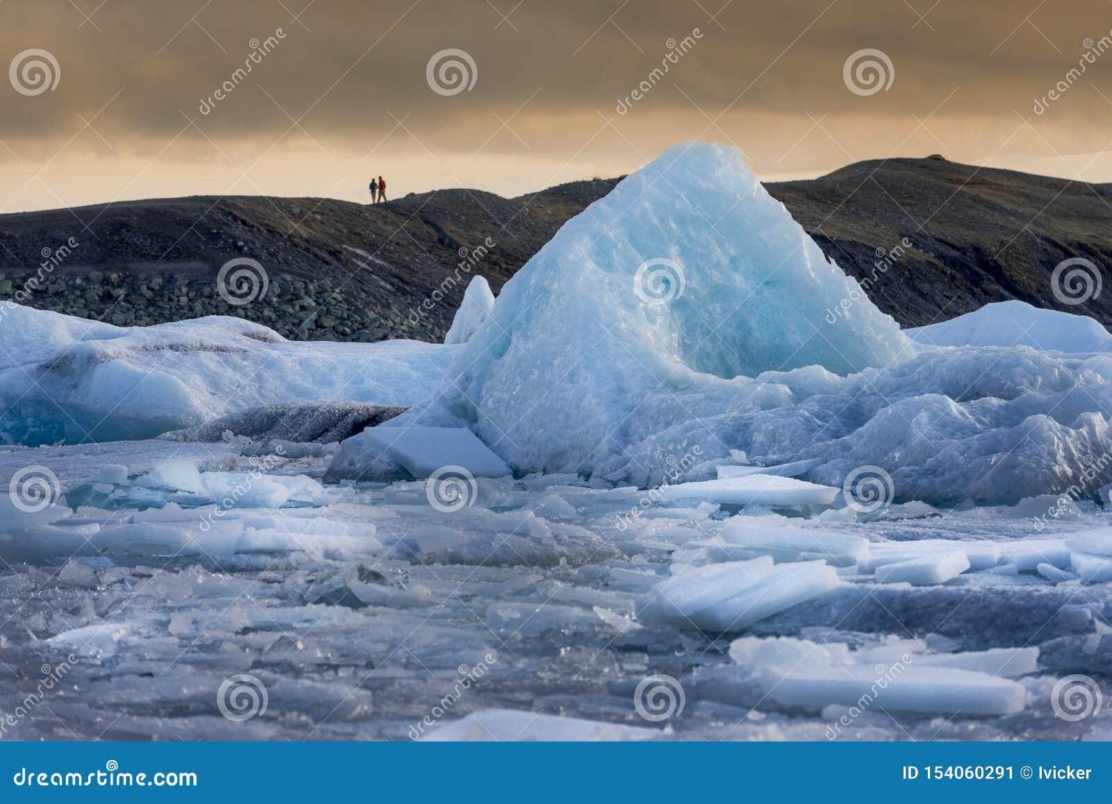 Sich hin- und herbewegender Eisberg bei Sonnenuntergang, Jökulsárlón-Gletscherlagune, Süden Island