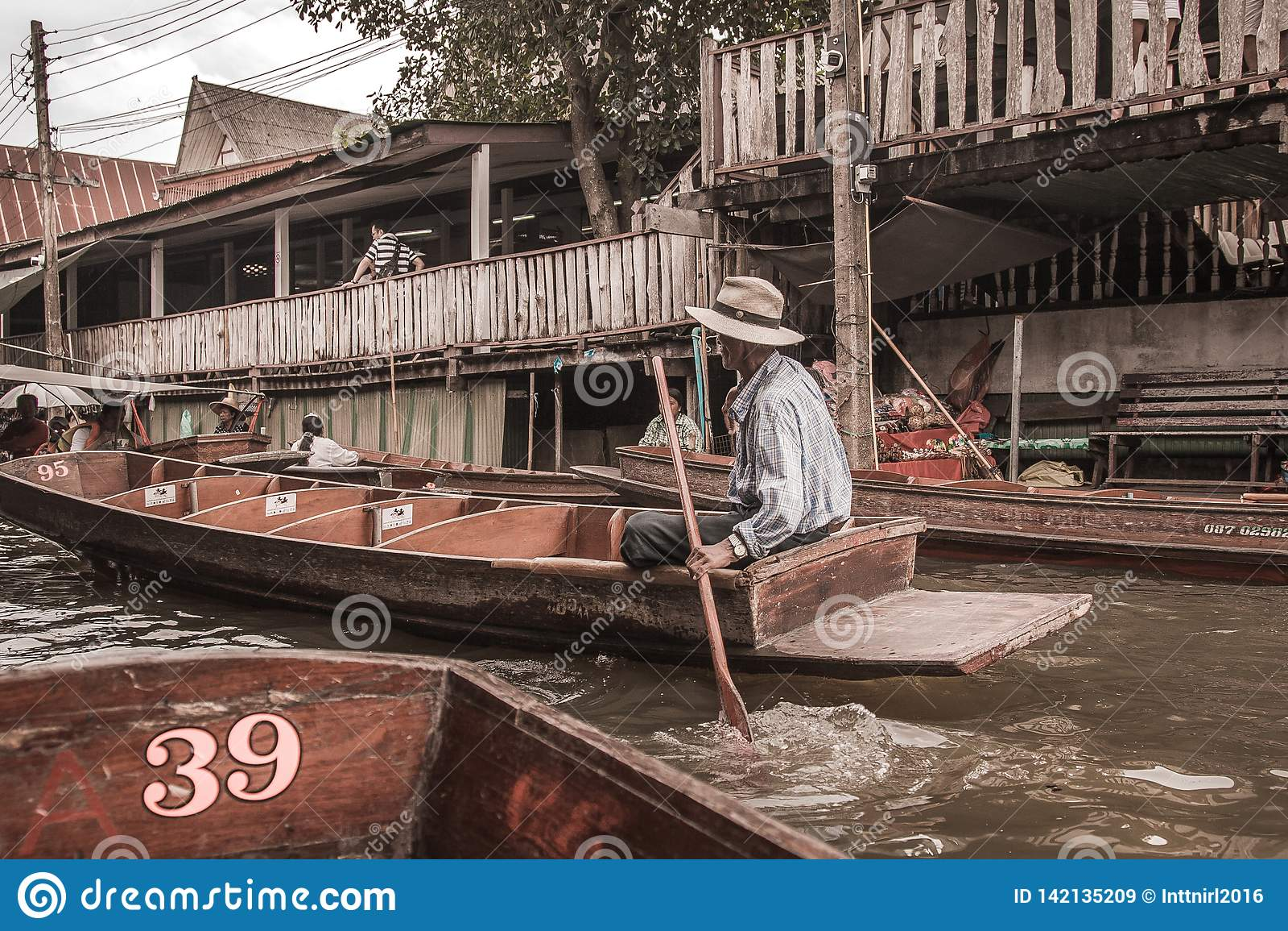 Sich hin- und herbewegender Markt in Bangkok