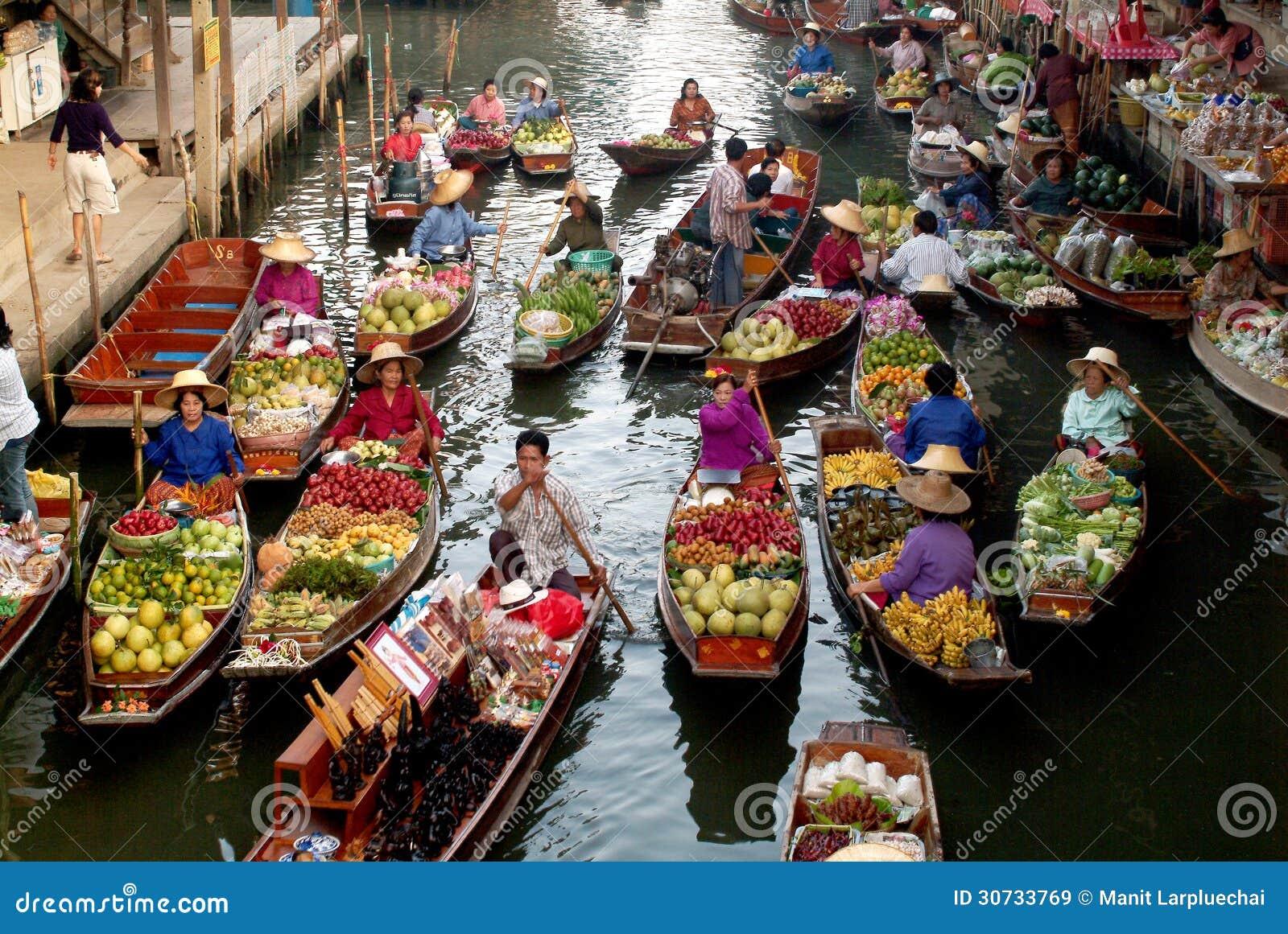 Sich hin- und herbewegender Markt in Thailand.