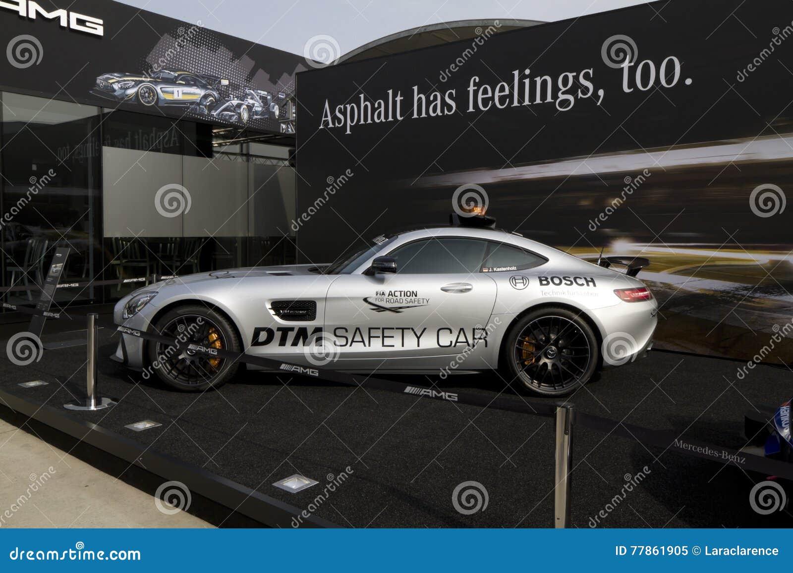 Sicherheitsauto Mercedess-AMG GT S DTM vor dem Gebäude von Mercedes-Benz auf dem DTM-Autorennen