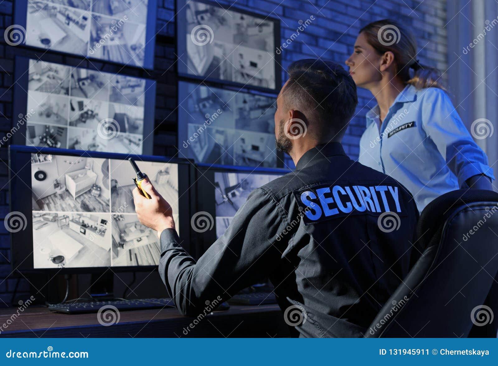 Sicherheitsbeamten, die moderne Überwachungskameras überwachen