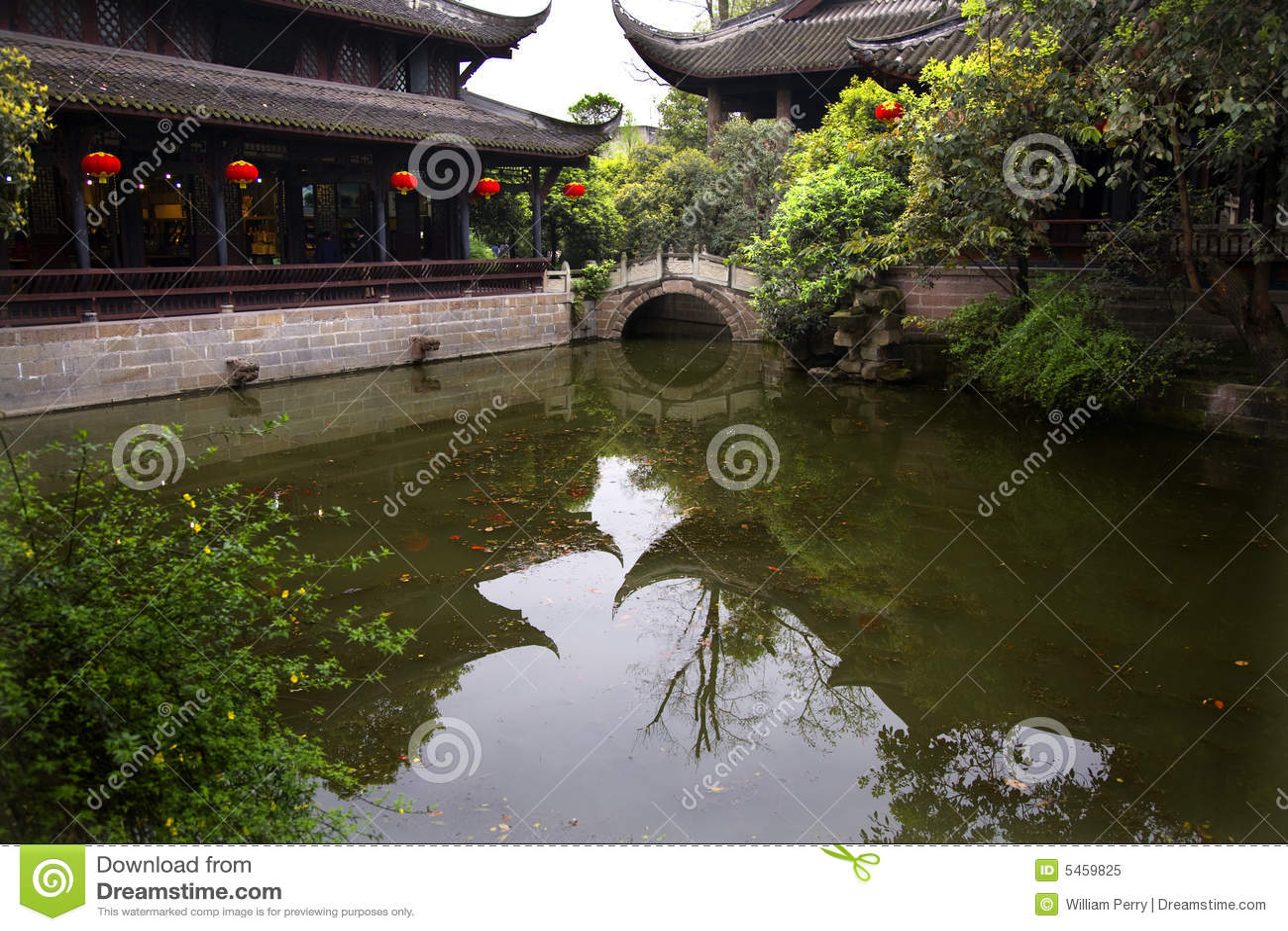 Sichuan αντανάκλασης λιμνών φαναριών της Κίνας κόκκινος ναός