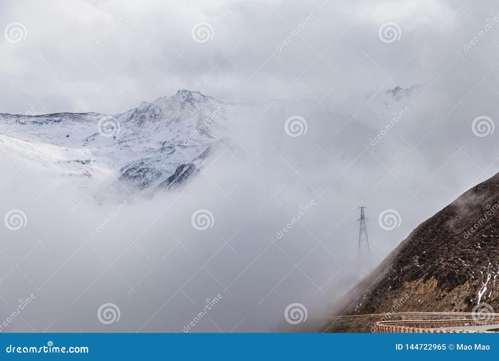 Sichuan occidental, Chine, paysage de Baron Hill avec la neige