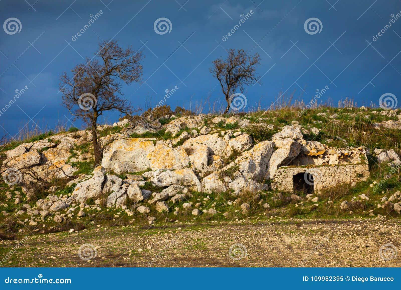 Siciliaans landschap en huis in de rots