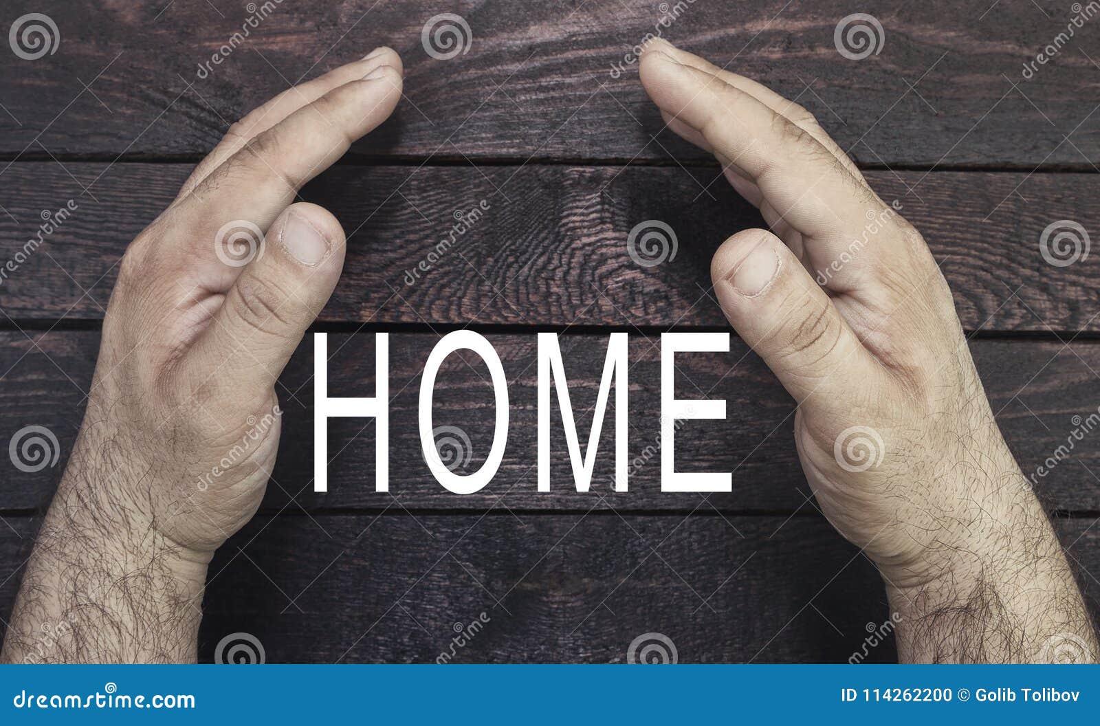 Sicurezza di concetto della proprietà, assicurazione domestica Il ` s dell agente di assicurazione passa a protectubg il testo do