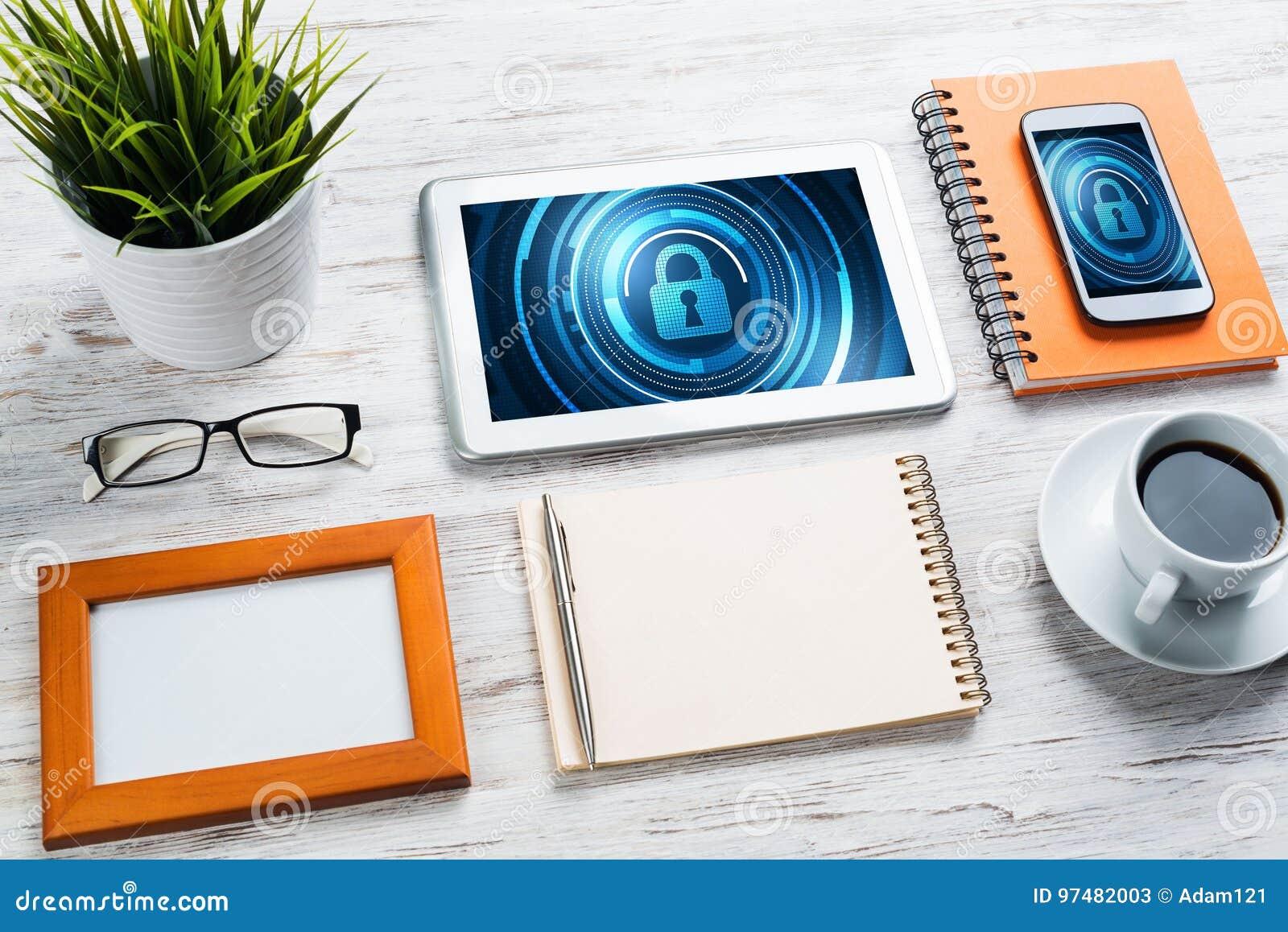 Sicurezza di web e concetto di tecnologia con il pc della compressa sulla tavola di legno