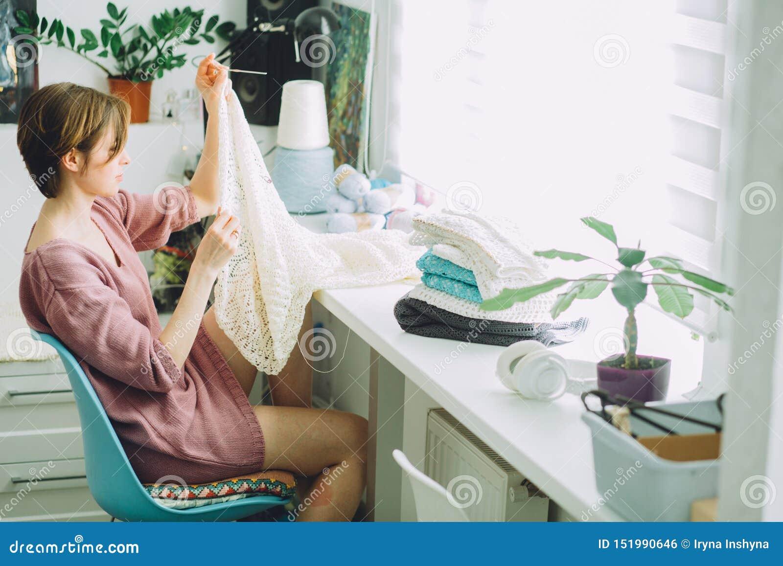 Sida av den märkes- sticka mjuka klänningen för kvinna med virkning på arbeta för modern inre kvinnlig freelancer för studiohem i