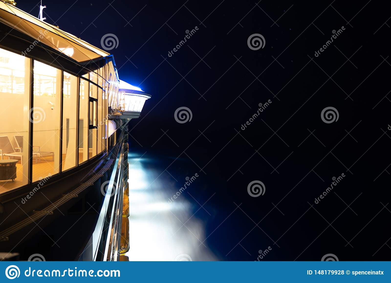 Sida av kryssningskeppet på natten