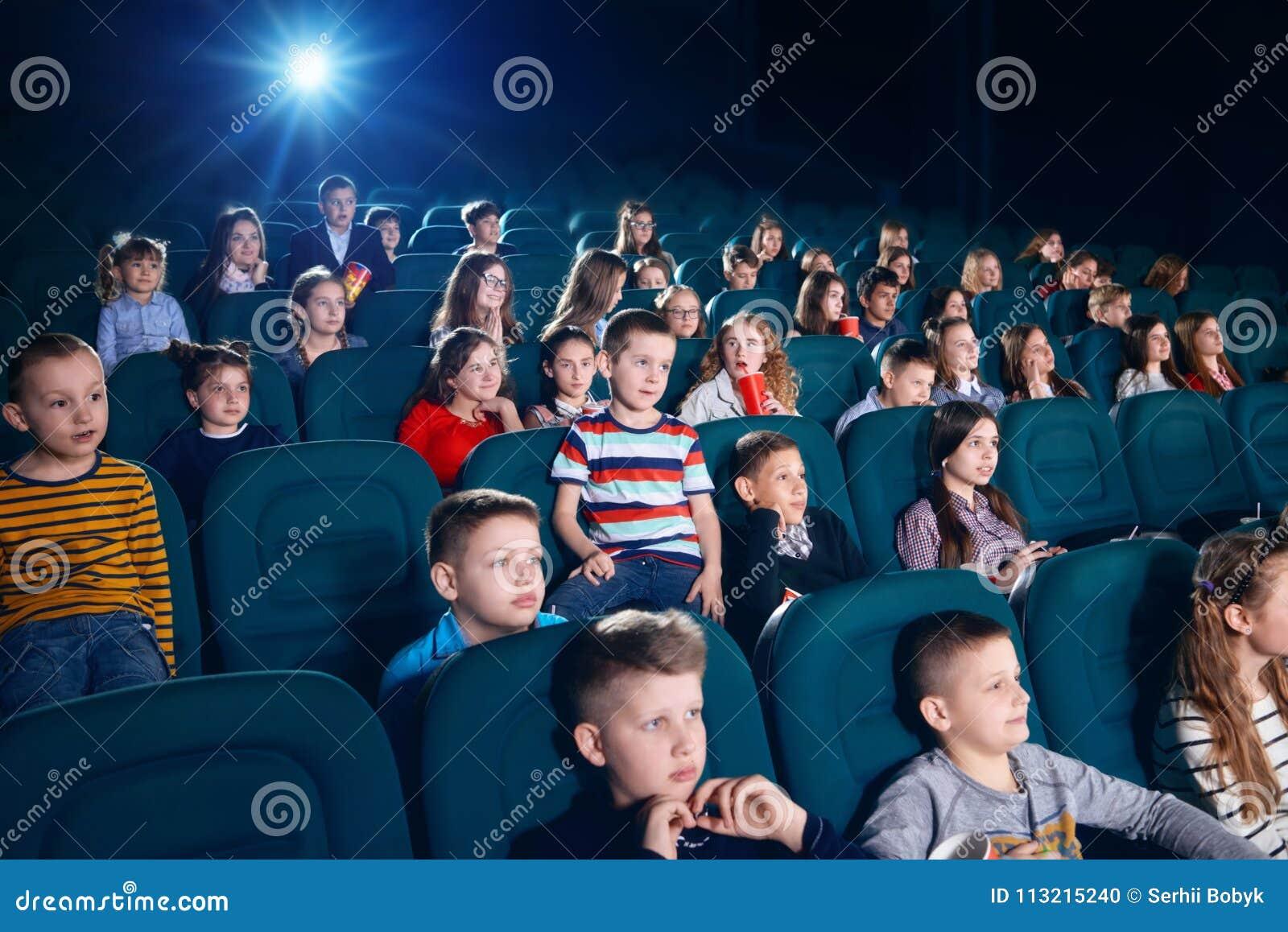 Sideview ludzie ogląda film w kinowej sala