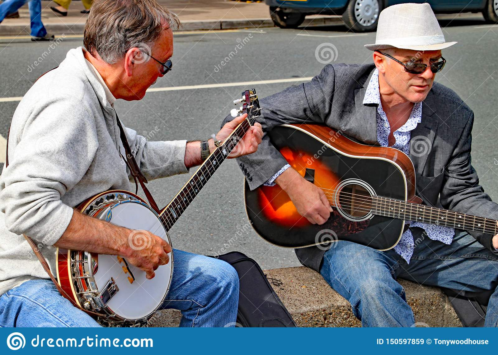 SIDMOUTH, DEVON, ANGLETERRE - 8 AOÛT 2012 : Deux hommes jouent une guitare et un banjo sur une représentation impromptue de rue s