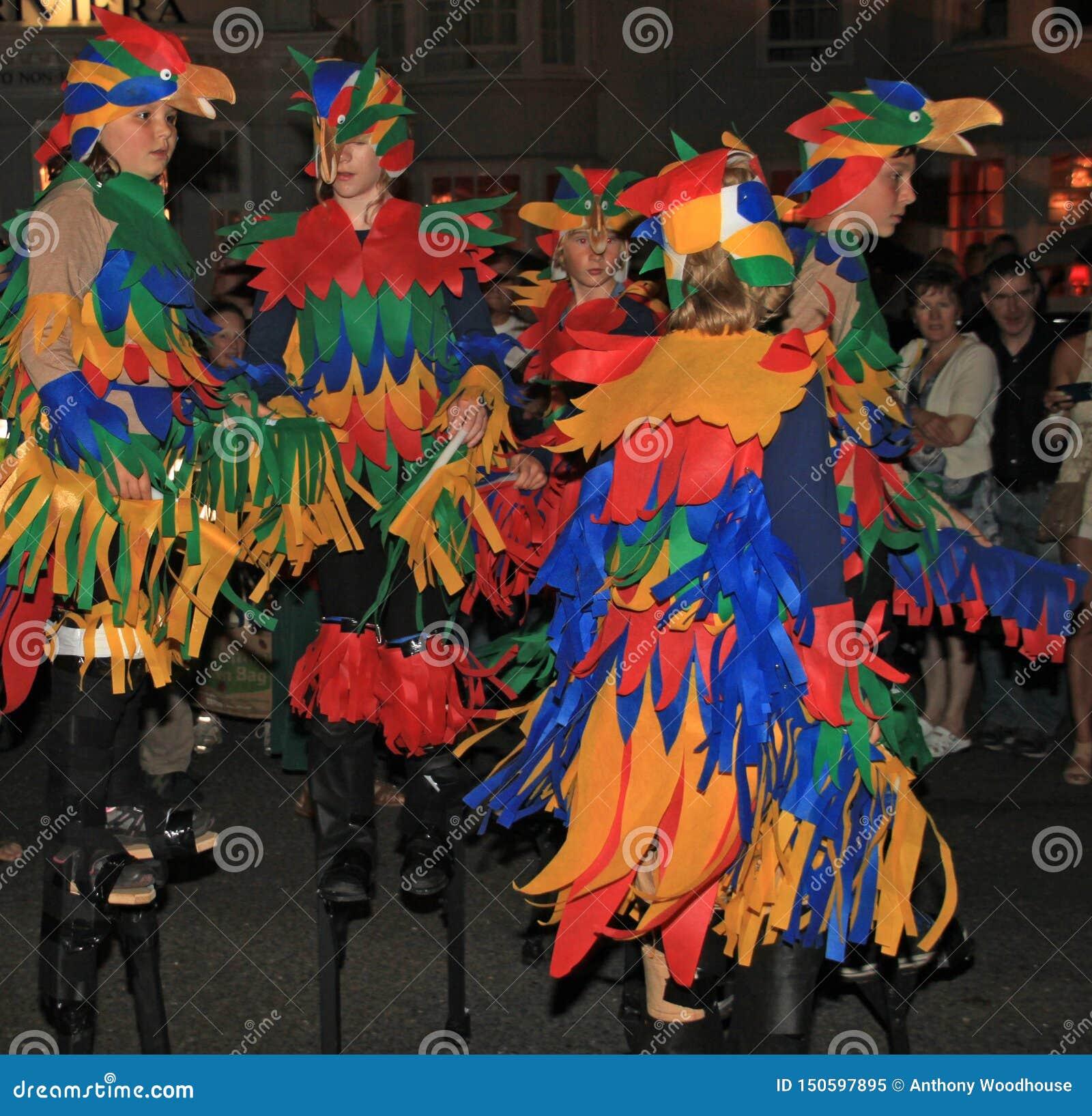 SIDMOUTH, DEVON, ANGLETERRE - 10 AOÛT 2012 : Enfants habillés vers le haut en tant que de perroquets colorés et de la marche sur