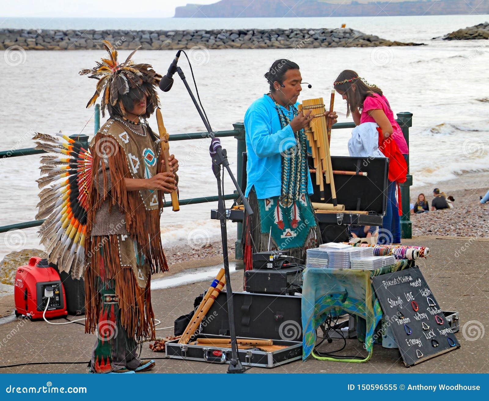 SIDMOUTH, DEVON, INGLATERRA - 5 DE AGOSTO DE 2012: Músicos peruanos da rua que jogam na esplanada na semana popular anual de Sidm