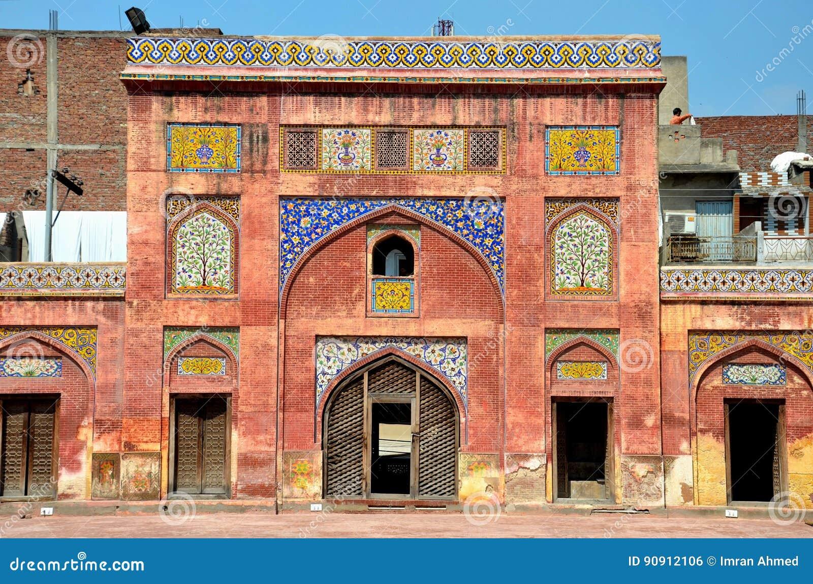 Sidobåge med den kashikarifrescoes- och tegelplattaWazir Khan moskén Lahore Pakistan