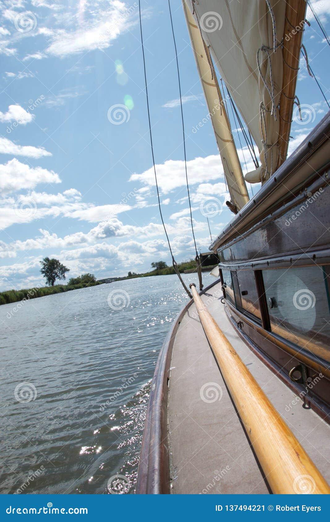 Sidodäck av en traditionell yachtsegling på den Norfolk sjödistrikt i Norfolk