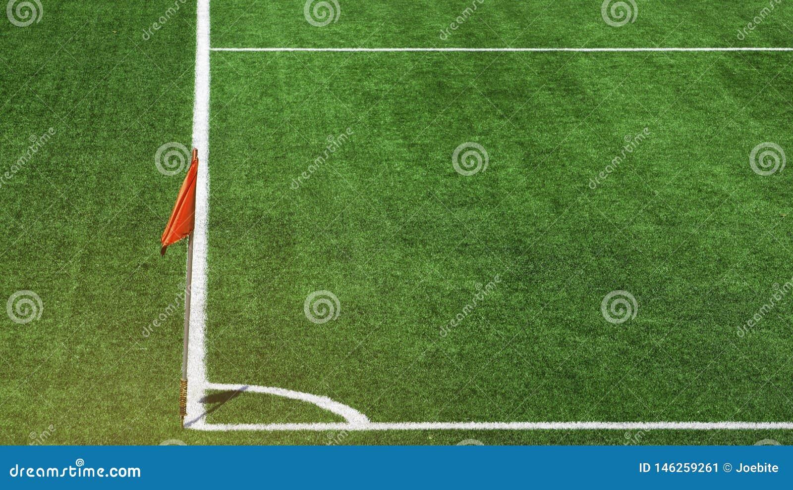 Sidoflaggapol f?r r?d f?rg med den vita bandlinjen p? h?rligt f?r fotbollf?lt f?r gr?nt gr?s h?rn p? fotbollsarena Begrepp f?r