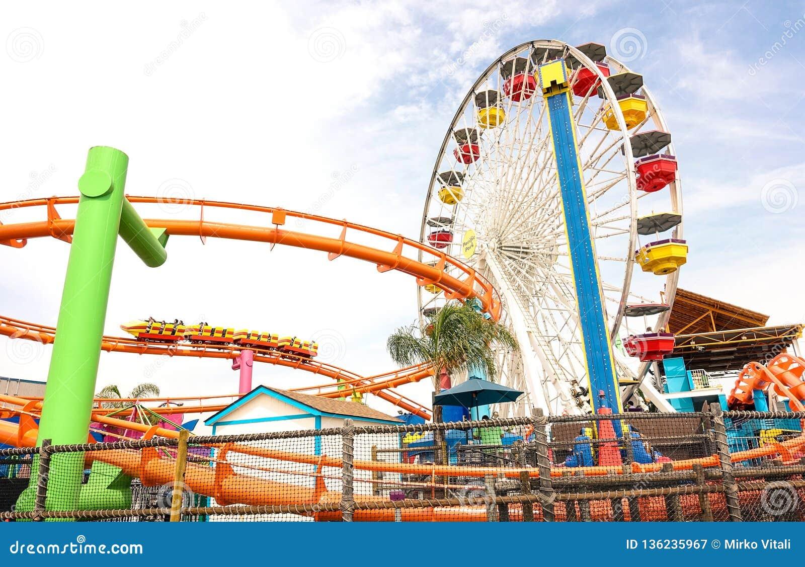 Sidohorisontalsikt av det mångfärgade ferrishjulet på Santa Monica Pier på det Stillahavs- nöjesfältet - Los Angeles