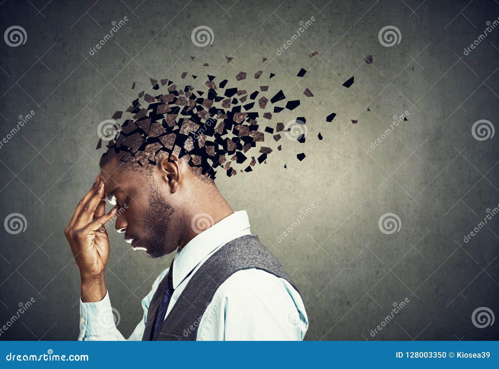 Sidoprofil av förlorande delar för en ledsen man av huvudet som symbol av den minskade meningsfunktionen