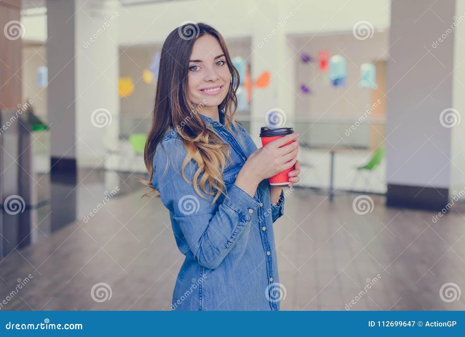 Sidoprofilen vände halvt slut beskådar upp fotoståenden av lyckligt le härligt nätt gulligt älskvärt för charmig skönhet med den