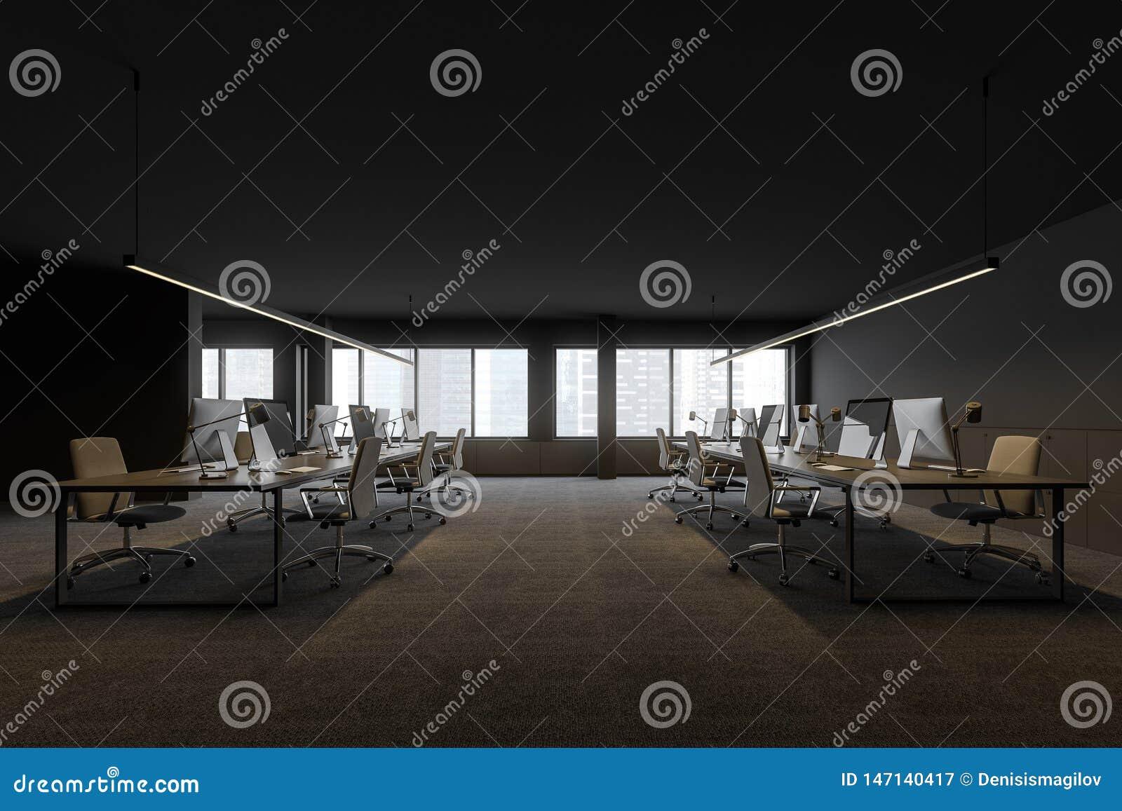 Sidosikt av öppet utrymmekontoret i modernt företag