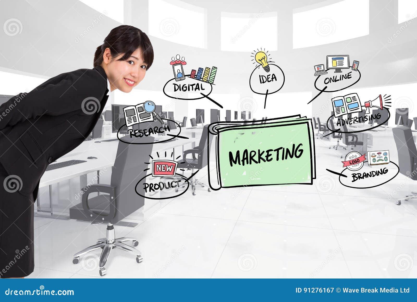 Sidosikt av affärskvinnan med marknadsföringsdiagram