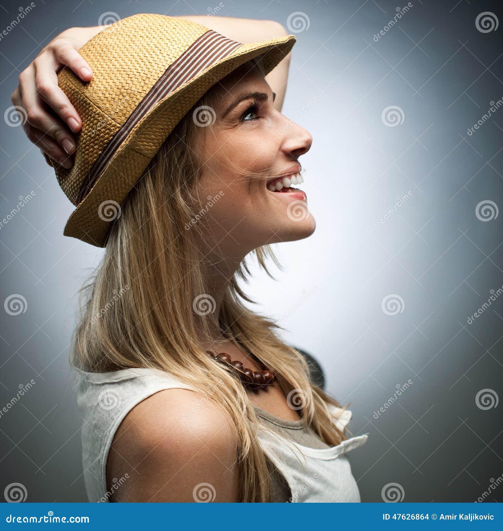 Sidosikt av den lyckliga kvinnan i moderiktig dress